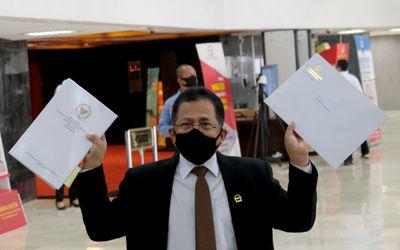 Sekretaris Jenderal DPR RI, Indra Iskandar menunjukkan berkas naskah final Undang-Undang Cipta Kerja...