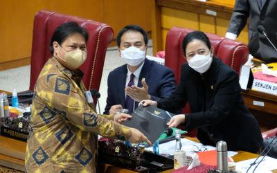 Menko Perekonomian Airlangga Hartarto menyerahkan berkas tanggapan akhir pemerintah kepada Ketua DPR...