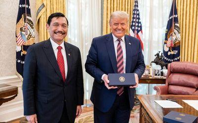 Menteri Koordinator Bidang Kemaritiman dan Investasi, Luhut Binsar Pandjaitan bersama Presiden Ameri...