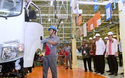 Presiden Joko Widodo melepas ekspor perdana kendaraan niaga Isuzu Traga yang diproduksi oleh PT Isuz...