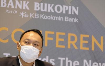 Direktur Utama Bank Bukopin Rivan A. Purwantono saat hadir dalam Konferensi Pers Virtual dengan Tema...