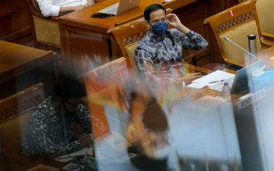 Menteri Pendidikan dan Kebudayaan, Nadiem Makarim saat mengikuti rapat kerja dengan Komisi X DPR di ...