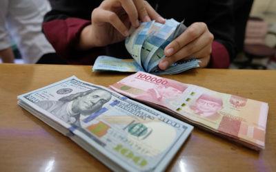 Karyawan menghitung mata uang Rupiah di salah satu tempat penukaran uang atau Money Changer di kawasan Melawai, Jakarta, Senin, 9 November 2020. Foto: Ismail Pohan/TrenAsia\n