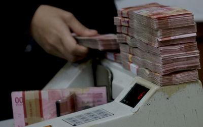 Karyawan menghitung mata uang Rupiah di salah satu tempat penukaran uang atau Money Changer di kawas...