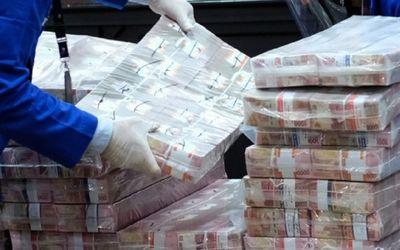 Petugas mempersiapkan barang bukti uang sitaan dalam konferensi pers Di Kantor Kejaksaan Agung, Jaka...