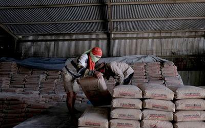 Pekerja melakukan bongkar muat semen di salah satu gudang distributor semen di Jalan Panjang Arteri ...