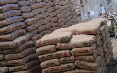 Pekerja berada diantara susunan semen di salah satu gudang distributor semen di Jalan Panjang Arteri...