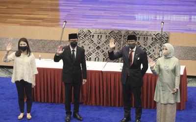 Menteri Pariwisata dan Ekonomi Kreatif (Menparekraf) Sandiaga Salahuddin Uno (kedua kanan) didamping...
