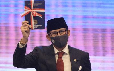 Menteri Pariwisata dan Ekonomi Kreatif (Menparekraf) Sandiaga Salahuddin Uno usai serah terima jabat...