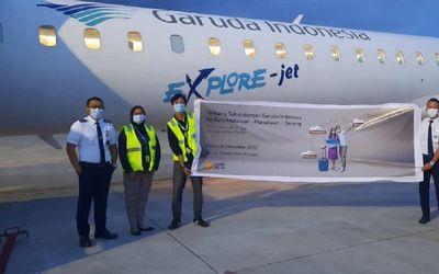 Awak kabin dan pramugari Garuda Indonesia dalam acara peluncuran rute baru penerbangan Makassar-Mano...