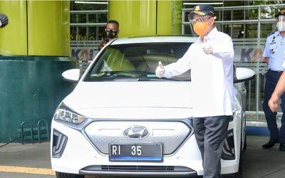 Menteri Perhubungan Budi Karya Sumadi dengan mobil dinas barunya, Hyundai Ionig / Dok. Kemenhub\n