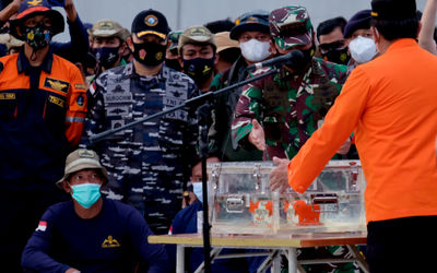 Panglima TNI Marsekal Hadi Tjahjanto bersama Kepala Basarnas, Marsekal Madya TNI Bagus Puruhito saat...