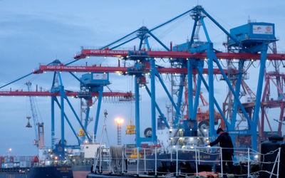 Kapal melintas didekat crane bongkar muat peti kemas di dermaga Pelabuhan Tanjung Priok, Jakarta, Se...
