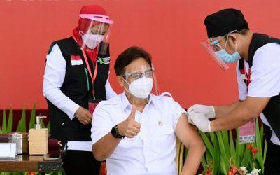 Menteri Kesehatan, Budi Gunadi Sadikin, saat menjadi salah satu penerima awal pada vaksinasi COVID-1...