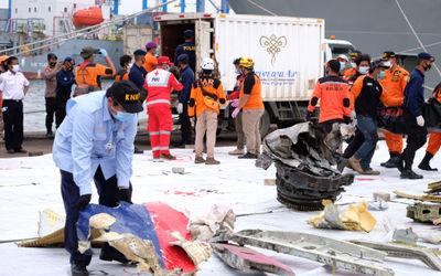 Petugas Komite Nasional Keselamatan Transportasi (KNKT) memeriksa serpihan pesawat Sriwijaya Air SJ ...