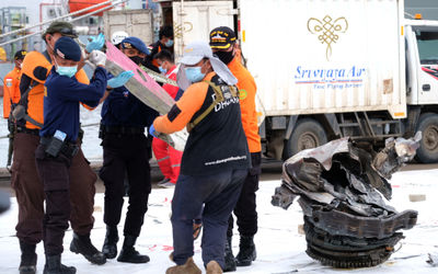 Tim gabungan mengangkat serpihan pesawat Sriwijaya Air SJ 182 yang berhasil di evakuasi dari lokasi ...
