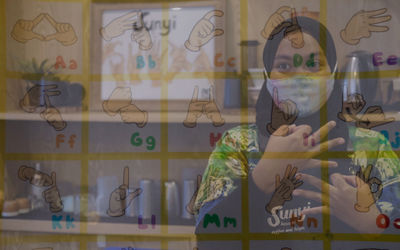 "Barista Meir (25), melayani pengunjung dengan bahasa isyarat di kafe Sunyi ""House of Coffee an..."