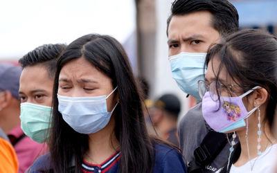 Kerabat korban jatuhnya pesawat Sriwijaya Air SJ 182 mendatangi posko evakuasi temuan di dermaga JIC...