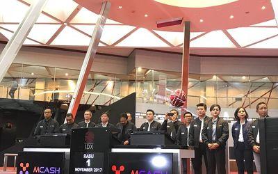 Manajemen PT M Cash Integrasi Tbk (MCAS) saat pembukaan perdagangan di PT Bursa Efek Indonesia (BEI)...