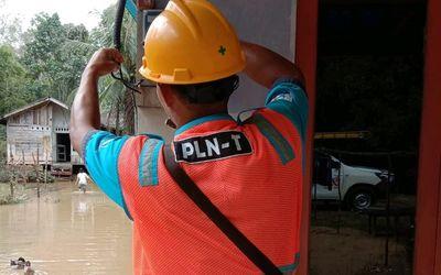 Petugas PLN Kalbar tengah memperbaiki jaringan listrik / Istimewa\n