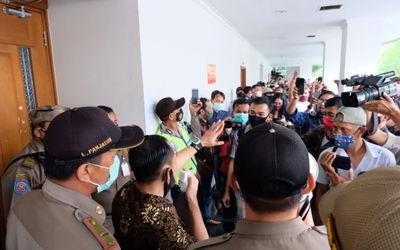 Tim kuasa hukum, Gunawan Raka menenangkan buruh yang hadir mengawal persidangan untuk menuntut hak p...