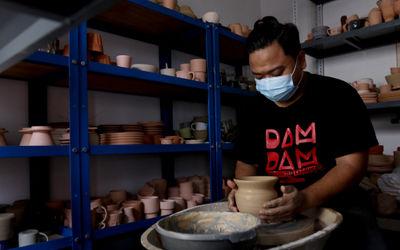 Perajin menyelesaikan pembuatan produk keramik rumahan  berbahan tanah liat di Jurang Mangu, Kota Ta...