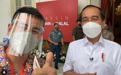 Raffi Ahmad bersama Presiden Jokowi usai menjalani vaksinasi COVID-19 di Istana Kepresidenan, Rabu, ...