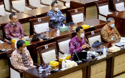 Sekretaris Jenderal Asosiasi Fintech Pendanaan Bersama Indonesia (AFPI), Sunu Widyatmoko (tengah) be...