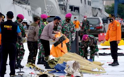Petugas gabungan meletakkan serpihan pesawat di Posko Evakuasi jatuhnya pesawat Sriwijaya Air SJ182 ...