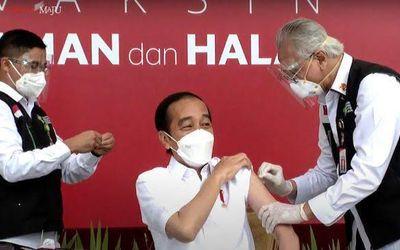 Presiden Joko Widodo yang menjadi pihak pertama yang memperoleh vaksin COVID-19/ Sumber: TrenAsia.co...