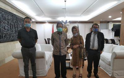 Dino Patti Djalal dan ibundanya saat bertemu Menteri ATR/BPN Sofyan Jalil / Twitter @dinopattidjalal...