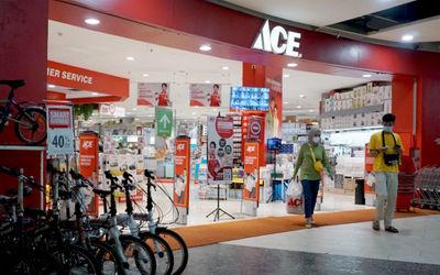 Pengunjung melintas di gerai Ace Hardware dan Ace Express di kawasan Kota Tangerang Banten. Foto: Pa...