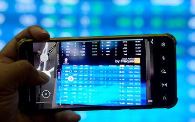 Pewarta mengambil gambar layar pergerakan indeks harga saham gabungan (IHSG) di gedung Bursa Efek In...