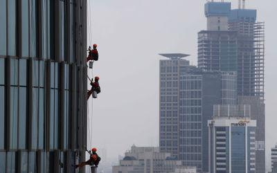 Pekerja beraktivitas di sebuah gedung yang baru dibangun di kawasan Rasuna Said, kuningan, Jakarta, ...