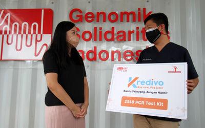 (Ki-ka) General Manager Kredivo Indonesia, Lily Suriani berbincang dengan Direktur Utama GSI Lab dr....