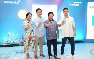 President Traveloka Group Operations Hendry Hendrawan (dua dari kiri) dengan Direktur Consumer &#038...