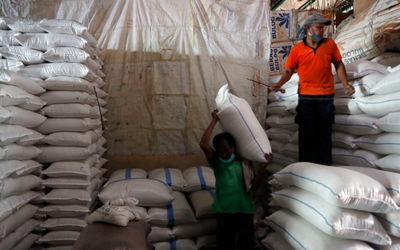 Sejumlah pekerja tengah melakukan aktifitas bongkar muat beras di Pasar Induk Cipinang, Jakarta Timu...