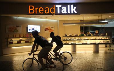 Nampak penghobi olahraga sepeda tengah mecoba gowes di areal atrium Mal Balekota Tangerang, Senin, 2...