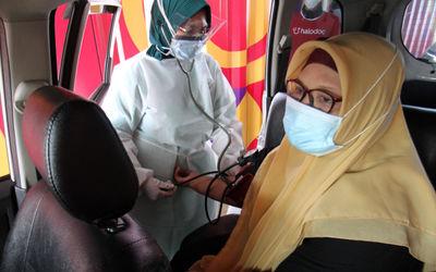 Seorang pasien tengah menjalani penyuntikan vaksinasi dengan sistem pelayanan Drive Thru, Rabu 3 Mar...