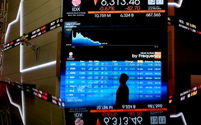 Awak media memantau pergerkan indeks harga saham gabungan (IHSG) di gedung Bursa Efek Indonesia (BEI...