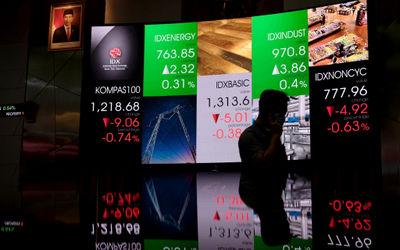 Awak media memantau pergerakan layar indeks harga saham gabungan (IHSG) di gedung Bursa Efek Indones...