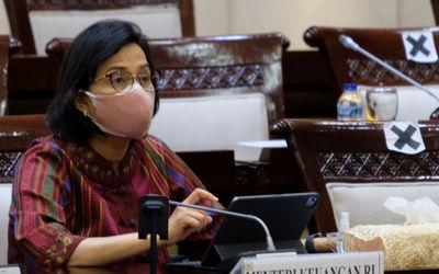Menteri Keuangan, Sri Mulyani saat hadir dalam rapat kerja dengan Komisi XI di kompleks Parlemen, Se...