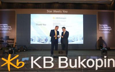 President Director PT Bank KB Bukopin Tbk. Rivan A. Purwantono berbincang dengan Chief Strategic Off...