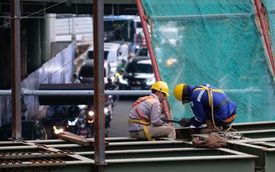 Pekerja beraktivitas di salah satu proyek pembangunan di Jakarta, Rabu, 10 Maret 2021. Foto: Ismail ...