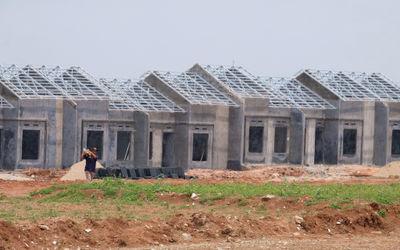 Proyek pembangunan rumah subsidi di kawasan Tigaraksa, Tangerang, Senin, 28 Maret 2021. Foto: Ismail...