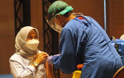 Nampak sejumlah karyawan dan pemilik toko saat mengikuti vaksinasi massal tahap kedua di Mal Tangera...
