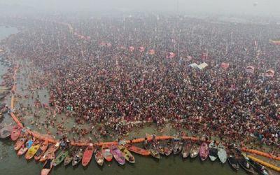 Umat Hindu India berendam di perairan suci di Sangam, yang merupakan pertemuan Sungai Gangga, Yamuna...
