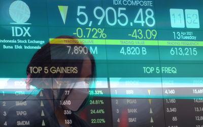 Awak media beraktivitas dengan latar pergerakan indeks harga saham gabungan (IHSG) di Gedung Bursa Efek Indonesia (BEI), Jakarta, Selasa, 13 April 2021. Foto: Ismail Pohan/TrenAsia\n