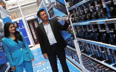 Chief Marketing Officer (CMO) Onassis Bellucci Group Afret Handoko Tenny bersama  Brand Ambassador O...