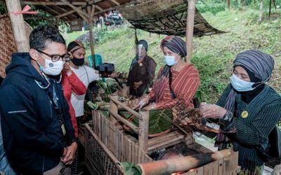 Sandiaga Uno dalam kunjungannya di Desa Lerep, Kecamatan Ungaran Barat, Kabupaten Semarang, Jawa Ten...